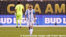 26.06.2016 *** Jun 26, 2016; East Rutherford, NJ, USA; Argentina midfielder Lionel Messi (10) reacts after missing a shot during the shoot out round against Chile in the championship match of the 2016 Copa America Centenario soccer tournament at MetLife Stadium. Chile won. Mandatory Credit: Adam Hunger-USA TODAY Sports © Reuters/Adam Hunger-USA TODAY Sports