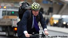 19.11.2015 *** LONDON, ENGLAND - NOVEMBER 19: Mayor of London Boris Johnson cycles over Vauxhall Bridge to launch London's first cycle superhighway on November 19, 2015 in London, England. Superhighway 5 (CS5) is the capital's first two lane fully segregated cycle superhighway. (Photo by Ben Pruchnie/Getty Images) © Getty Images/B. Pruchnie
