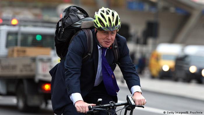 Boris Johnson en su nueva bicicleta.
