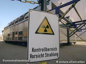 Placa indica perigo de radioatividade em frente a um contêiner de lixo atômico na Alemanha