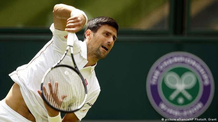 Wimbledon, Novak Djokovic beim Aufschlag (Foto: picture-alliance/AP Photo/A. Grant)