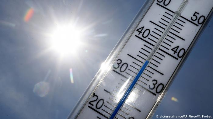 Gluthitze in Deutschland - Thermometer in der Sonne (picture-alliance/AP Photo/M. Probst)