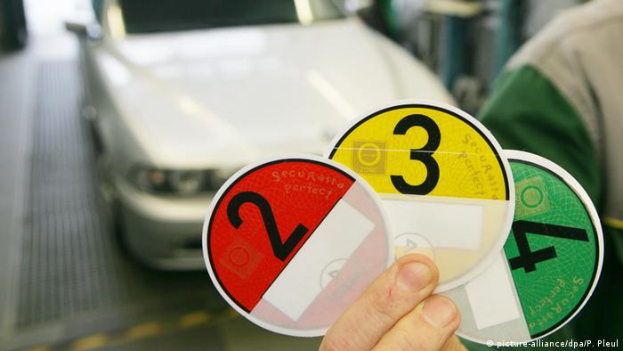 Placa de zona de preservação do meio Ambiente e selos que atestam as emissões dos veículos