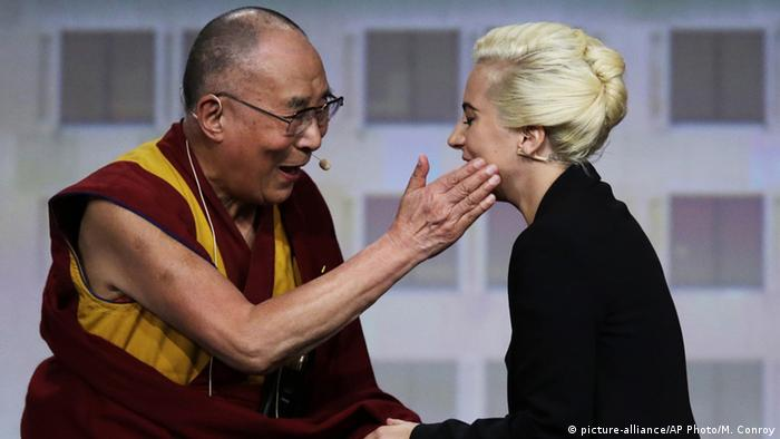 USA Indianapolis Dalai Lama trifft auf Lady Gaga (picture-alliance/AP Photo/M. Conroy)