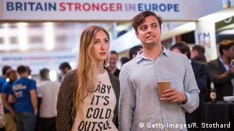 Молодые британцы следят за ходом голосования на референдуме