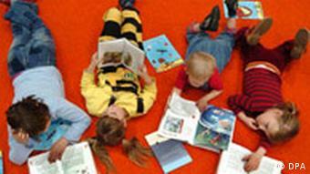 Die Kinder in einer Lesebude