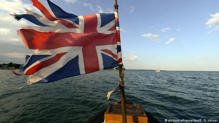 Bandeira britânica rasgada em mastro de barco
