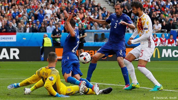 Giorgio Chiellini aproveitou o rebote da dividida entre David de Gea e  Emanuele Giaccherini para abrir o placar beafde27f1c14