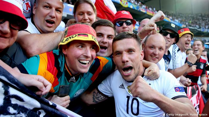 EM 2016 Lukas Podolski mit Fans (Getty Images/A. Hassenstein)
