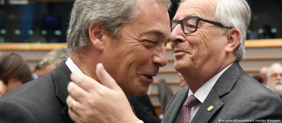 Nigel Farage e Jean-Claude Juncker no Parlamento Europeu, em Bruxelas