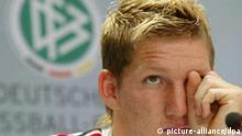 Fußball-Nationalspieler Bastian Schweinsteiger vom FC Bayern München nimmt an einer Pressekonferenz in Leipzig teil (Archivfoto vom 28.06.2005). Der FC Bayern München hat Vorwürfe gegen Schweinsteiger, in den jüngsten Wettskandal verwickelt zu sein, entschieden zurückgewiesen. In einem persönlichen Gespräch mit den Verantwortlichen des Clubs habe der 21- Jährige versichert, dass die aufgestellten Behauptungen absolut frei erfunden sind, hieß es in einer Erklärung des Vereins am Donnerstagabend (16.03.2006). Der deutsche Rekordmeister betonte ferner, dass der Spieler weder von der Polizei noch von der Staatsanwaltschaft München verhört worden sei. Foto: Thomas Eisenhuth dpa/lsn (zu dpa 0903, 0905 und 0926) +++(c) dpa - Bildfunk+++