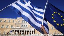 ARCHIV 2015 *** FILE epa04814689 Protesters hold a Greek and a EU flag outside the parliament during a rally demanding Greece to remain in the Eurozone in Athens, Greece, 22 June 2015. EPA/SIMELA PANTZARTZI dpa (zu dpa: Gläubiger zurück in Athen: Bewährungsprobe für Griechenland vom 09.04.2016) +++(c) dpa - Bildfunk+++ | © picture-alliance/dpa/S. Pantzartzi