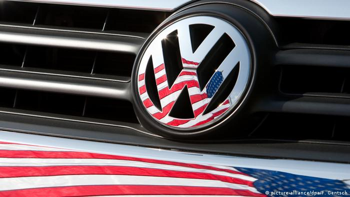 US, flag, VW logo (picture-alliance/dpa/F. Gentsch)