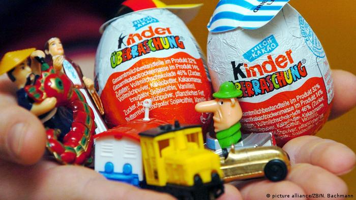 Hand holding two Kinder Surprise eggs with little toys. (Photo: picture alliance/ZB/N. Bachmann)