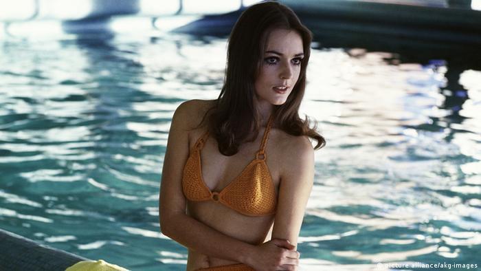 Μοντέλο με πλεκτό μπικίνι σε πισίνα (Foto: dpa)