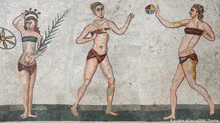 Η μόδα του μπικίνι πάνω σε κυρίες παίζουν στη Σικελία. (Foto: dpa)
