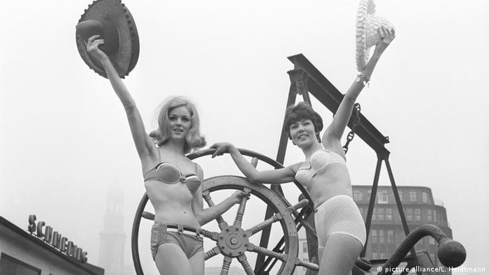 Δύο μοντέλα παρουσιάζουν την καλοκαιρινή σεζόν στο λιμάνι του Αμβούρου. (Foto: dpa)