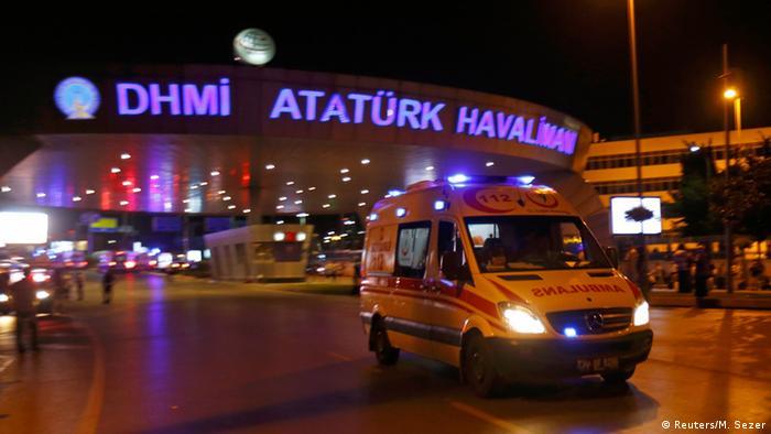 Türkei Explosionen und Schüsse am Flughafen in Istanbul (Reuters/M. Sezer)