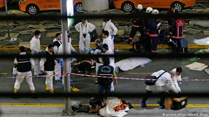 Медики вблизи аэропорта имени Ататюрка после теракта