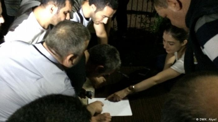 Yakınlarını arayanlar hastane bahçesinde kurulan Kriz masasına isim ve telefonlarını yazdı