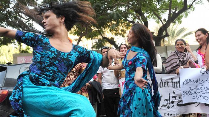 Transgenders tanzen bei einer Demo in Karachi (Foto: Getty Images/AFP/A. Hassan)