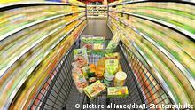 ARCHIV - ILLUSTRATION - Ein Einkaufswagen mit Lebensmitteln wird am 04.05.2011 durch einen Supermarkt in Hannover geschoben (Aufnahme mit langer Verschlusszeit). Nach der Stagnation im Vormonat haben die Verbraucherpreise im Oktober 2015 voraussichtlich wieder etwas angezogen. Foto: Julian Stratenschulte/dpa +++(c) dpa - Bildfunk+++ | Verwendung weltweit © picture-alliance/dpa/J. Stratenschulte