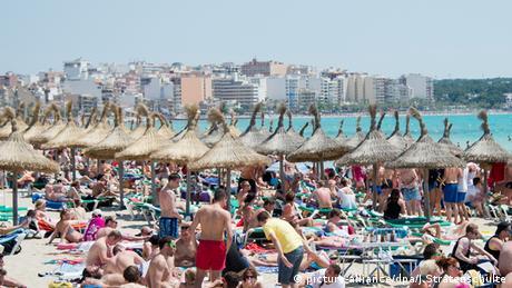 DW: Βουλιάζει από τουρίστες η Ισπανία