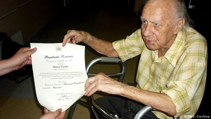 Marcel Fischer cu diploma prin care se confirmă meritul său la fondarea Operei din Iași