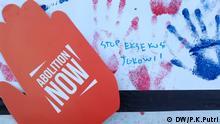 Oslo Demo Hand aus Pappe mit der Aufschrift Abolition now