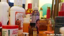 Bildergalerie zum Thema Afrikanische Schönheitsideale. Copyright: Hilke Fischer/DW. Aufgenommen am 24. April in Hamburg, Museum für Völkerkunde. *** Bleichcreme statt Solarium Öle, Cremes und Make-up sind für viele Afrikanerinnen ein Garant für schöne Haut. Zudem ist das Hautbleichen in vielen Ländern sehr populär: Mehr als drei Viertel der nigerianischen Frauen hellen mit speziellen Cremes ihre Haut auf. In ganz Afrika warnen Kampagnen davor, dass die Bleichcremes starke Chemikalien enthalten, die die Haut dauerhaft schädigen können.