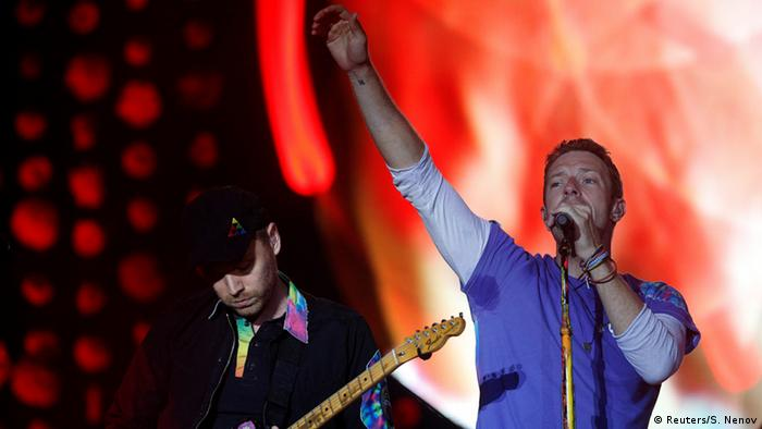 Coldplay in concert at the Glastonbury Festival (Reuters/S. Nenov)