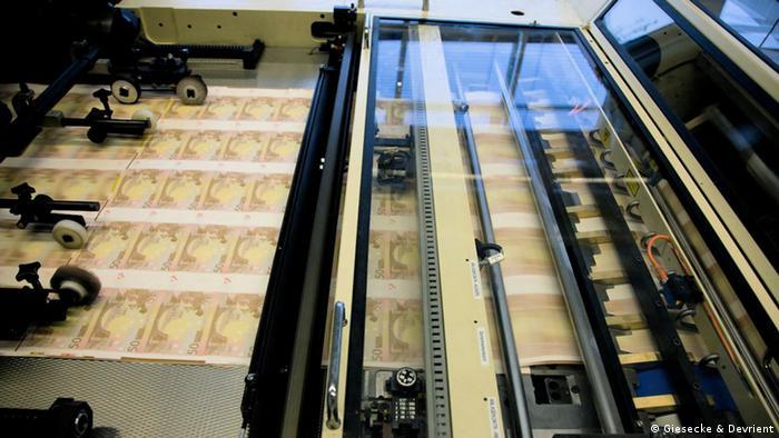 Раніше держави автоматично замовляли друк банкнот національним виробникам. Тепер же Федеральний банк Німеччини розподіляє замовлення по всій Європі. Це сприяє зниженню цін. Торік приватна німецька друкарня Giesecke & Devrient закрила своє виробництво у Мюнхені та звільнила близько 700 співробітників, оскільки їй вигідніше друкувати банкноти на своїх підприємствах у Лейпцигу та Малайзії.