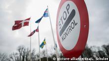 ARCHIV - Ein Warnschild mit der Aufschrift «Stop - Kontrol» ist während einer Grenzkontrollen am 02.02.2016 an der Grenze zu Krusa (Dänemark) vor den Flaggen von Island, Dänemark, Norwegen und Schweden zu sehen. Die dänische Polizei empfiehlt Autofahrern in Richtung Skandinavien mehr Zeit für den Weg in den Urlaub einzuplanen. Wegen der im Januar eingeführten Grenzkontrollen könne es während der Sommerferien an den drei großen Übergängen Padborg, Krusa und Froslev in Süddänemark zu Staus kommen, teilte die dänische Polizei am 30.06.2016 mit. Foto: Lukas Schulze/dpa (zu dpa «Ferienbeginn: Dänische Polizei warnt vor Staus durch Grenzkontrollen» vom 30.06.2016) +++(c) dpa - Bildfunk+++ | Verwendung weltweit © picture-alliance/dpa/L. Schulze