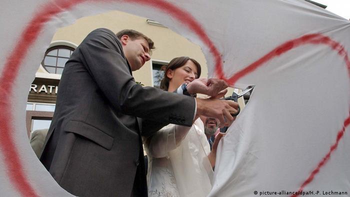 Deutschland Eichwalde Herz aus Bettlaken ausschneiden
