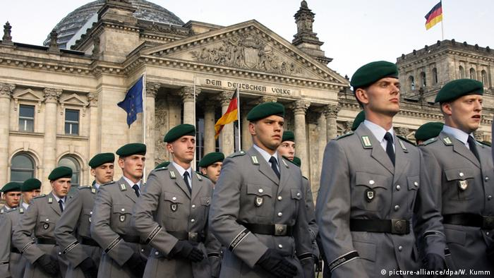 Рекруты бундесвера после принятия присяги перед зданием Рехстага в Берлине