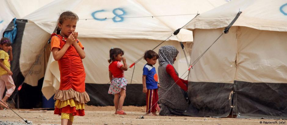Crianças refugiadas que fugiram do Estado Islâmico aguardam num acampamento perto de Mossul
