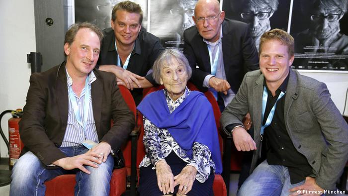 Brunhilde Pomsel no Festival de Cinema de Munique, ladeada pelos diretores de Uma vida alemã