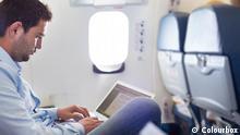 Passagier im Flugzeug mit Laptop