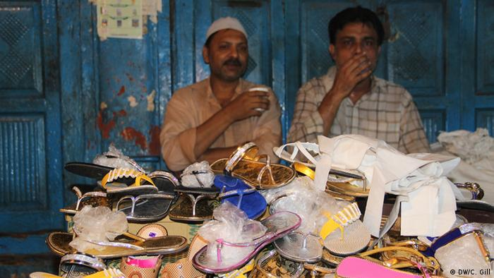 Indien Ramadan-Feier in Alt Delhi neue Kleidung und Schuhe