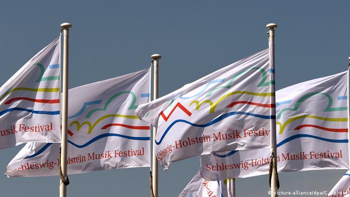 Fahnen mit dem Logo des SHMF. © picture-alliance/dpa/C. Rehder