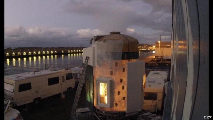 Leben im Futtersilo. Der deutsche Architekt Jan Körbes hat in der niederländischen Stadt Den Haag einem Futtersilo aus Sperrmüll entworfen.
