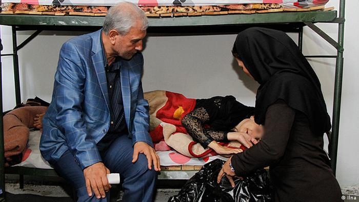 علی ربیعی هنگام بازدید از یک خانواده مستمند
