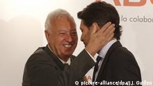 01.07.2016 *** Ecuadoran Foreign Affairs Minister, Guillaume Long (R), greets acting Spanish counterpart, Jose Manuel Garcia-Margallo, as they attend a briefing breakfast, organized by Foro America forum, in Madrid, Spain, 01 July 2016. Spain plans to provide an aid package, worth at 100 million US dollars, to Ecuador to help in the reconstruction works after last April's devastating earthquake. EFE/J. J. Guillen   © picture-alliance/dpa/J.J. Guillen