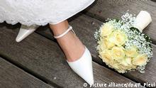 Der Brautstrauß liegt auf einem Steg zu Füßen einer frisch vermählten Hochzeitsbraut, aufgenommen am 21.06.2008 im brandenburgischen Liebenberg. Foto: Patrick Pleul +++(c) dpa - Report+++ Copyright: picture alliance/dpa/P. Pleul