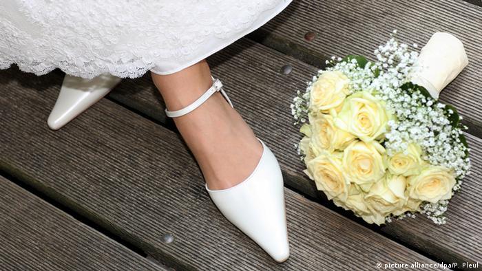 Deutschland Symbolbild Hochzeit Brautschuhe und Brautstrauß (picture alliance/dpa/P. Pleul)