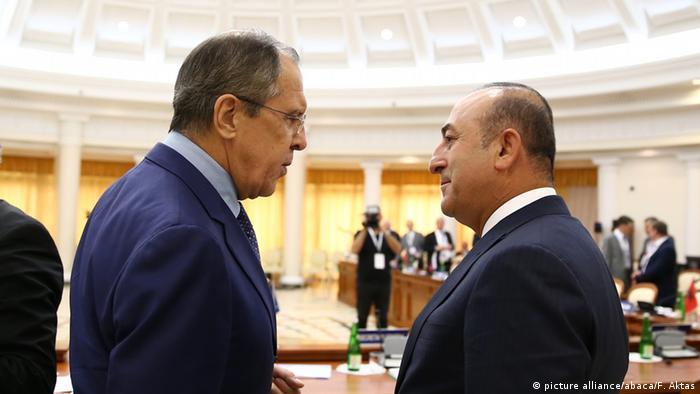 Rusya Dışişleri Bakanı Sergey Lavrov, sol, mevkidaşı Mevlüt Çavuşoğlu ile birlikte Soçi'de