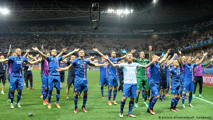 Сборная Исландии на поле