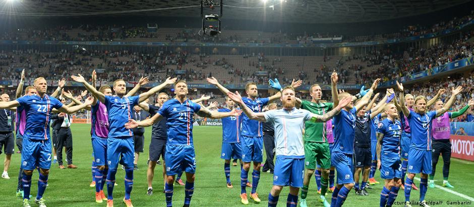 Seleção islandesa após a vitória contra a Inglaterra na Eurocopa