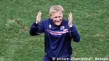 zu Bildergalerie isländische Fußballspieler epa05395410 Iceland's coach Heimir Hallgrimsson (L) reacts at the end of the UEFA EURO 2016 round of 16 match between England and Iceland at Stade de Nice in Nice, France, 27 June 2016. Iceland won the match 2-1. (RESTRICTIONS APPLY: For editorial news reporting purposes only. Not used for commercial or marketing purposes without prior written approval of UEFA. Images must appear as still images and must not emulate match action video footage. Photographs published in online publications (whether via the Internet or otherwise) shall have an interval of at least 20 seconds between the posting.) EPA/TOLGA BOZOGLU EDITORIAL USE ONLY +++(c) dpa - Bildfunk+++ Copyright: picture-alliance/dpa/T. Bozoglu
