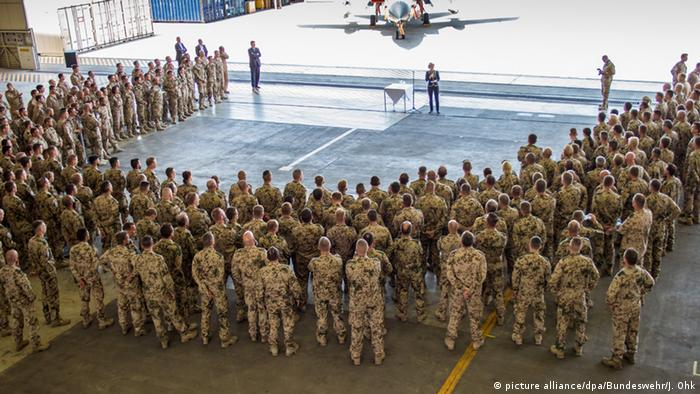 Ursula von der Leyen speaks with members of the German armed forces (picture alliance/dpa/Bundeswehr/J. Ohk)